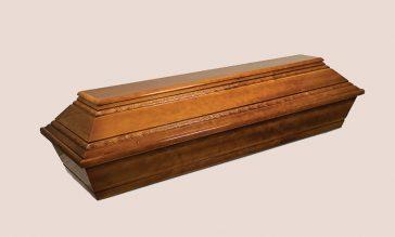 Acest sicriu este confectionat din lemn de brad realizat in 4 colturi avand un finisaj lucios si un model impletit sculptat pe capac. Sicriul poate fi echipat cu toate accesoriile disponibile.